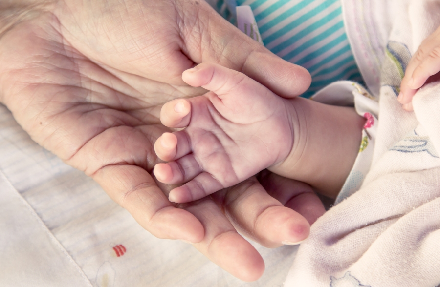 Far holder hånden til baby