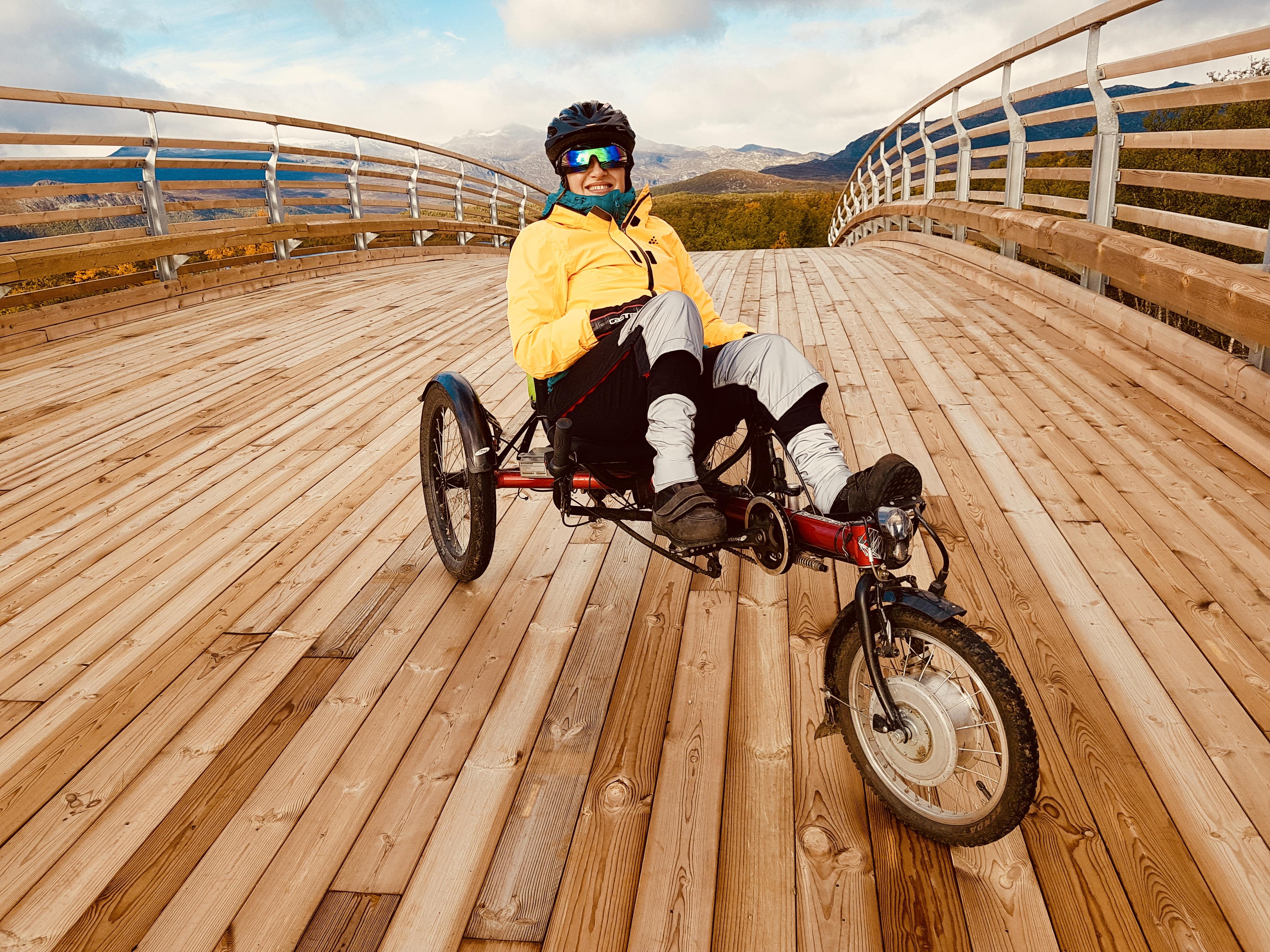 Cecilie med liggesykkel på bro